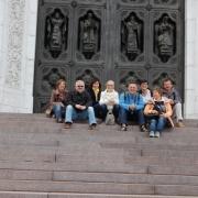 Przed wyjazdem do Suzdal uczestnicy konferencji spędzili prywatnie dwa dni w Moskwie. Na zdjęciu siedzą na schodach przed Cerkwią Chrystusa Zbawiciela.